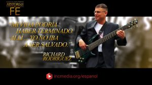 "man playing the bass with quoted text ""mi vida podria haber terminado alli... yo no iba a ser salvado."""